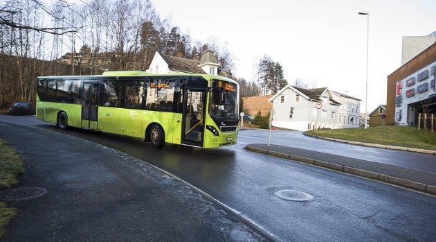 KRITISK: Hans Andresen er kritisk til busstilbudet fra Almemoen til Ullerål skole, som for tiden holder til ved Ringerikshallen.