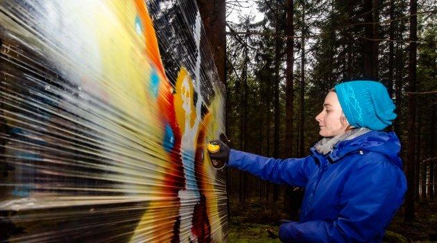 Sigrid Moe fra Ås sprayer sin kunst for første gang. Vanligvis bruker hun blyanter og får frem enda flere detaljer.