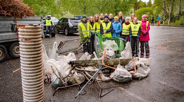 Etter kort tid hadde noen av svømmerne fra Ås samlet mye søppel på Fagerstrand.