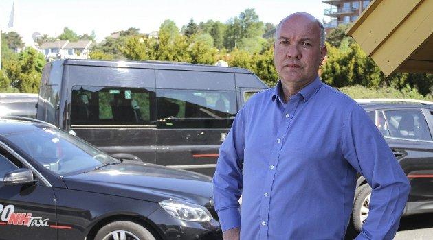– Det er så mykje svart arbeid ute å går at vi har ikkje nok arbeid til alle sjøførane, seier direktør i Nordhordland Taxi, Arvid Bauge. Foto: Irene Bratteng Jenssen