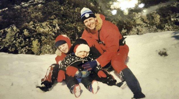 Søster Torun, Solveig og pappa Tor Elling på skitur ved Damtjern i Krokskogen. Dette var en av Tor Elling sine favorittplasser. FOTO: PRIVAT