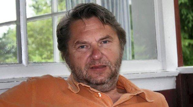 Jens O Simensen blir utfordret til å svare på om han synes administrasjonen i Fredrikstad kommune har opptrådt korrekt i varslersaken.