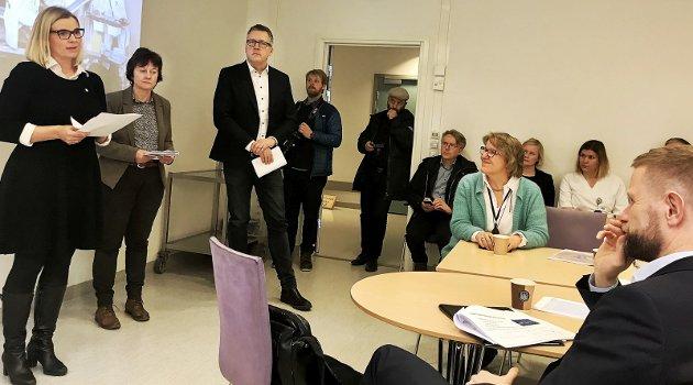 ROLLER: Politikerne skrøt av sykehuset i Innlandet da Sykehuset Innlandet mer valgte å tie. F.v. ordførerne Ingunn Trosholmen (Ap), Lillehammer, Edel Kveen (Sp), Skjåk, og Rune Støstad (Ap), Nord-Fron. Helt til høyre helse- og omsorgsminister Bent Høie (H). I grønn jakke, adm. direktør Alice B. Andersgaard i Sykehuset Innlandet.