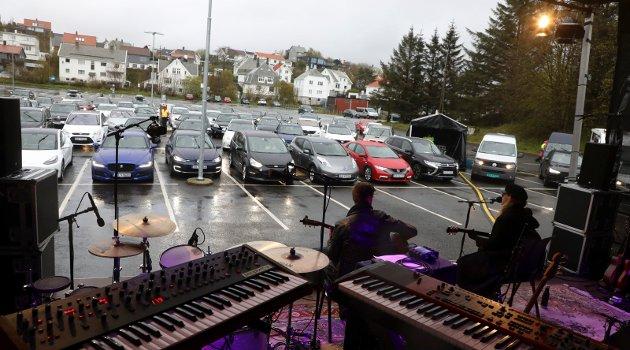 Cirka 80 biler var på Drive-in-konsert på Flotmyrbanen med Muddy Young, Bjørn Berge, Ramsalt og Ford Rekord.