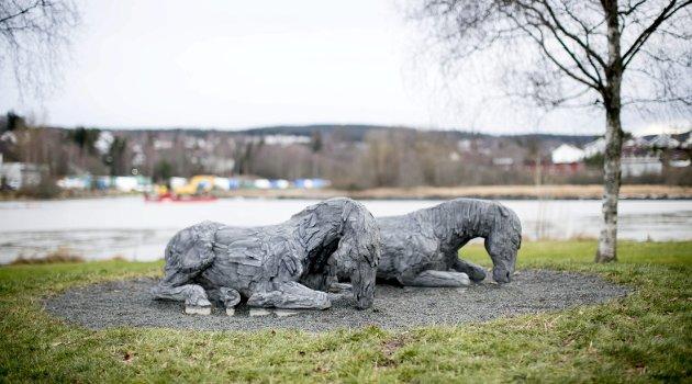 Ro: Det er som om de stilleliggende hestene ber om fred og ro, etter et slitsomt kappløp for menneskets underholdning, skriver RBs kunstspaltist, Rauand Ismail. Foto: Lisbeth Lund Andresen