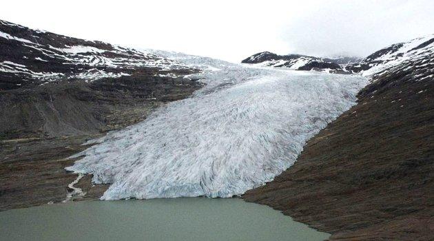 Demmes på land? Innsenderen ser ikke for seg hvordan isbreer, som Svartisen i Nordland (bildet), kan gjøre stort med vannivået på verdens hav. Foto: NTB scanpix