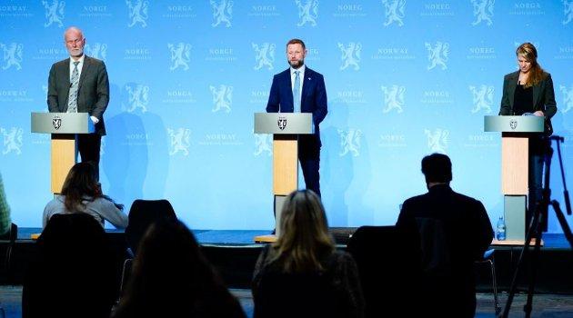 STRAMMER INN: Helsedirektør Bjørn Guldvog, helse- og omsorgsminister Bent Høie og Line Vold, avdelingsdirektør i Folkehelseinstituttet holdt pressekonferanse om koronasituasjonen. Der kom det frem at det strammes kraftig inn.