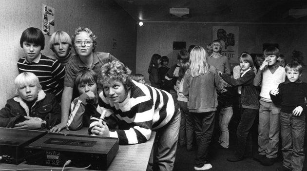 Ungdomsklubb, Solåsblokka hadde egen ungdomsklubb. Fra venstre Arvid, Jarle, Ove og Kristen, foran Ole, Gro og Kjersti 15.10.1982
