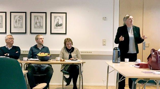 BUFFER Å GÅ PÅ: Rådmann Wenche Grinderud (t.h.) har nå et disposisjonsfond som på 50,3 millioner kroner. Her sammen med politikerne Kjell Gunnar Hoff (Kbl), Per Fossen Hals (Sp) og ordfører Kari Anne Sand (Sp).