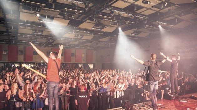 Stemningen fløy i taket da Postgirobygget gjestet Samfunnet i Ås i 2016. Arrangører kan få betydelig økte utgifter om de må leie inn fullt utdannede vektere til konsertene.