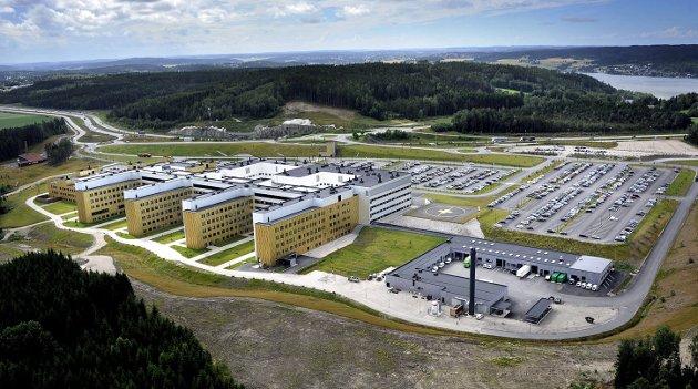– Åpningen av det nye sykehuset på Kalnes 30. november i   2015 var en milepæl i arbeidet for å effektivisere spesialisttjenestene i fylket, skriver Helge Ramsdal i denne kronikken. Men veien til det nye «supersykehuset» var svært kronglete. (Foto: Jarl M. Andersen)