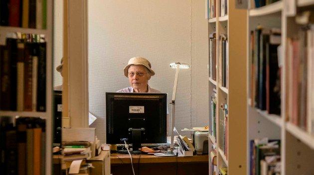 Bakerst blandt hyller og bøker sitter Aud Holm og jobber med bøker dagene lang, og elsker det.