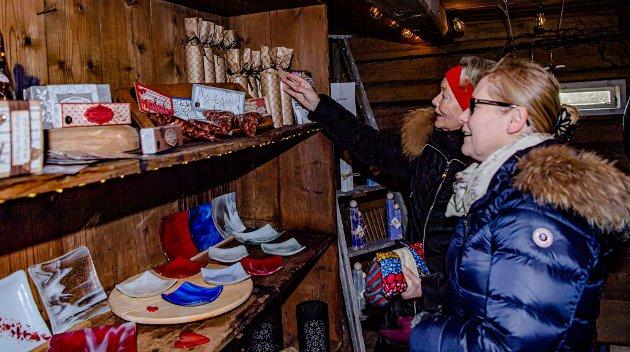 PRESANGER: Elisabeth Eide og Stine Werner (nærmest) er på Ashjem gård julemarked for første gang. De ser etter mulige julepresanger å kjøpe, mens barnebarn/tantebarn koser med dyrene og hopper i høyet.