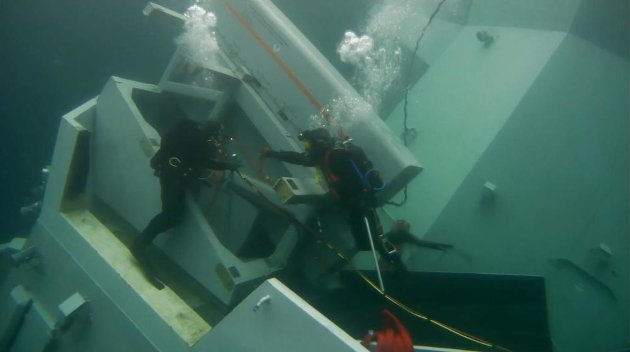 Dykkerne på vei inn i havaristen.