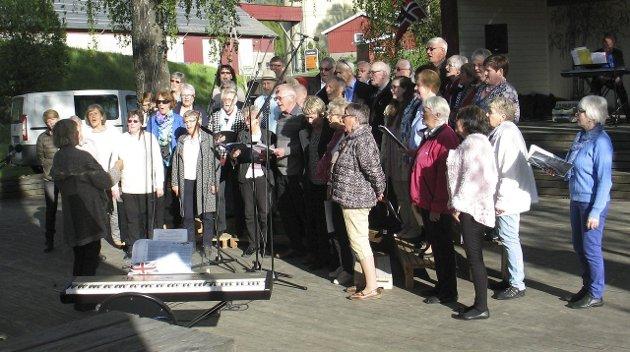 SAMARBEID OG SAMKLANG:  Brandbu Bygdekor var en av gjestene denne kvelden. Her synger begge kor sammen, ledet av Brandby Bygdekors dirigent Sissel Djupvik.
