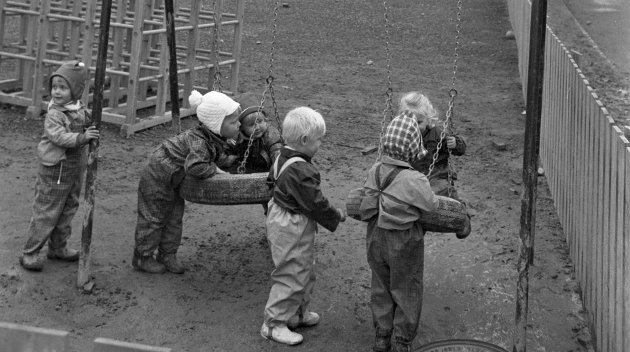 «Nye» sosiale goder: Det var ingen garanti for barnehageplass for dem som vokste opp på 70- og 80-tallet, skriver innsenderen. Her ser vi noen barn som leker seg ved blokkene på Haugenstua tidlig på 70-tallet. Foto: NTB scanpix