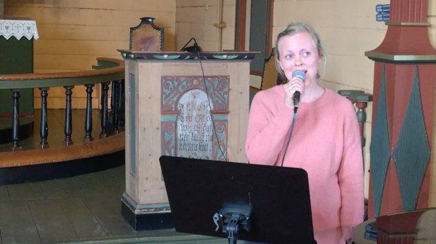 SONGAR: Marita Vasstveit syng under samarbeidsgudstenesta i Strand kyrkje på Tau.