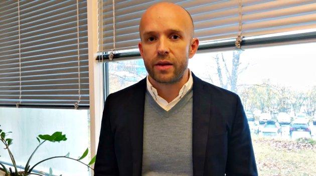 Det som skjer er satt igang av Høyreregjeringen. Skal noen angripes så er det regjeringen, ikke direktør Øyvind Bakke (bildet) eller andre som er ansatt for å utføre jobben, skriver Anton Brattøy.