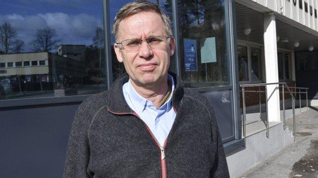 Asbjørn K. Olsen, som er leder i Strannakoret, ønsker svar av kommuneoverlege Hans Tomter.