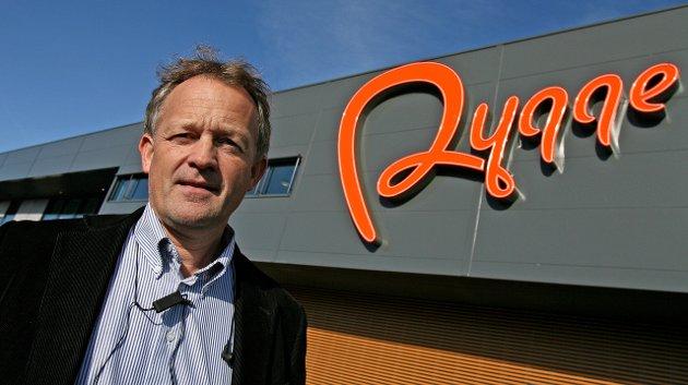 «Presset av Ryanair»: Brevforfatterne mener Ryanair har livtak på Østfold og på Rygge-sjef Pål Tandberg. Arkivfoto: Jon Gran