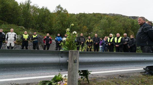 Familie og venner i MC-miljøet i Sør-Varanger kjørte torsdag kveld i kortesje fram til stedet på E6 ved Buholmen hvor Jostein Ananiassen (50) omkom i en ulykke i helga. Da la ned blomster, og holdt et minutts stillhet.