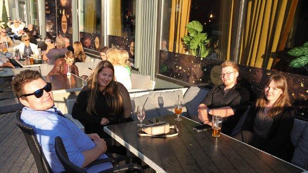 UTE EN LITEN TUR: F.v. Johan Vanebo Pedersen (23) sammen Ailin Hanssen (23), Daniel Vanebo Pedersen (28) og Kristina Raastad Dikkanen (32) på Opticom i finværet. De forteller at de kanskje kjøper seg billetter til Varangerfest i løpet av helga.