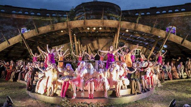 FARGERIKT: Koret på nesten hundre sangere fyller opp scenen i Borggården. De representerer hele menneskeheten.