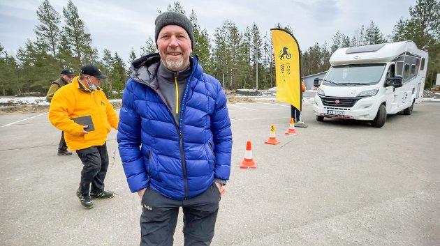 FORNØYD: Bjørn Johansen fra Ås har hatt sin egen bobil i fem år. Det er åtte år siden han ble bitt av basillen. Han er fornøyd med kurset på øvingsbanen.