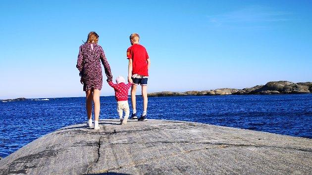 VINNER NR. 1: Kom skal vi vise deg havet, lillesøster. Sander, Mari og ett år gamle Linnea ved sjøen i Risør.