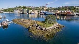 SKJÆR TIL BESVÆR: Kranaskjæret før havneselskapet og Kristiansund småbåtlag  utviklet det til en perle i havnebassenget.