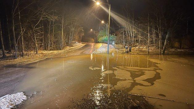 Rundt klokken 17.00 var fremdeles denne veien 250 meter øst for Kiwi på Kirkekrysset fremdeles oversvømt.