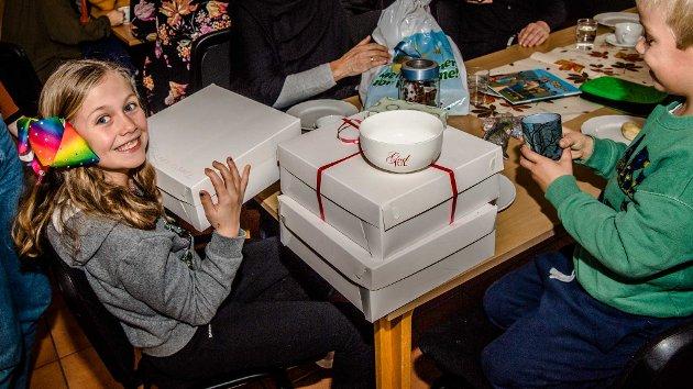 Andrea Neerland (9) fra Ljan har vinnerlykke og kunne bære med seg tre basarkaker hjem til grandtante Bjørg Neerland i Nordby.