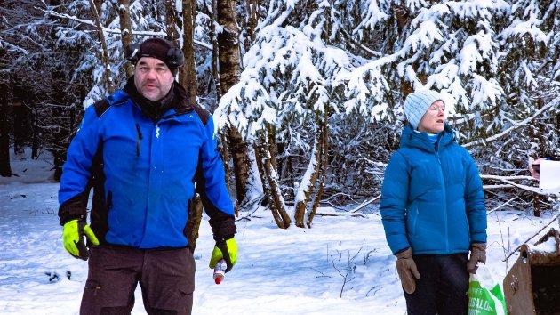 Tormod Dramstad i Bauta Consult og Guri Aarnes, Ås IL følger med monteringen av bautasteinene av iddefjordsgranitt.