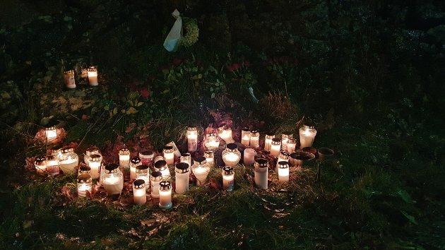 TIL MINNE: Et hav av lys ble tent på ulykkesplassen fredag kveld.