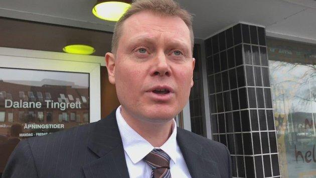 Forsvarer Gjermund Viland sier de tiltalte ikke har hatt noe ønske om hevn, men at de har ønsket å løfte frem sannheten om måten de er møtt på. Han er forsvarer for ektemannen fra Flekkefjord, som er tiltalt for å ha kommet med ukvemsord og anklager mot lensmann Asbjørn Skåland.
