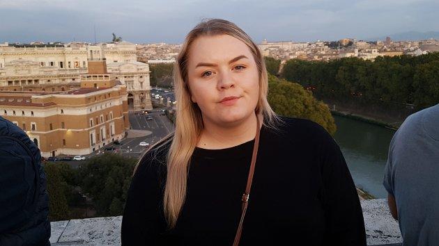 """Julie Sætre er vikarjournalist i Avisa Nordhordland. Medan ho budde i Roma, publiserte ho artikkelserien """"Dei etterlatne"""" i 2019."""