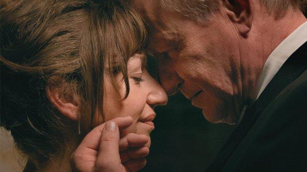 Anja (Andrea Bræin Hovig) og Tomas (Stellan Skarsgård) har hver sine karrierer innen scenekunst, til sammen seks barn – og et samliv som knaker i sammenføyningene. Så får hun tre måneder igjen å leve. FOTO: Manuel Claro / MOTLYS