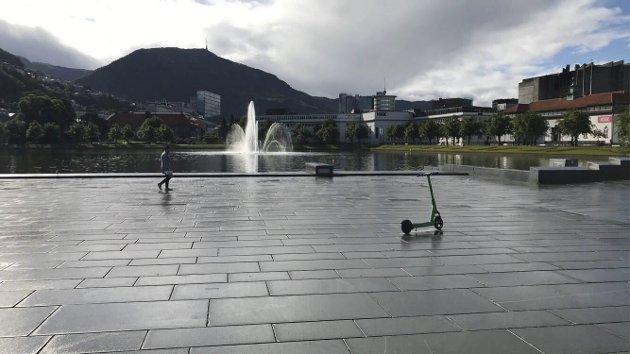 - I takt med at bilene har forsvunnet i Oslo har det dukket opp mange lekeplasser. Det er lite som tyder på at det vil skje her. Kunne ikke en beskjeden del av  Festplassen  blitt omgjort til et lekeeldorado for barn? FOTO: BENTE-LINE SVELLINGEN