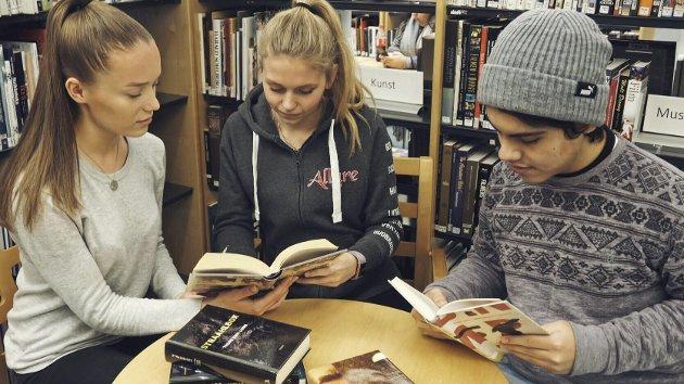 FORFATTERKVELD: Det er klart for litterære samtaler på Rosthaug. Sunniva Liodden (t.v.), Hanna Asbjørnhus Berg og Rafael Cortez Sgroi Pupo forbereder seg til å møte store forfattere under Rosthaugs litteraturkveld 22. januar.