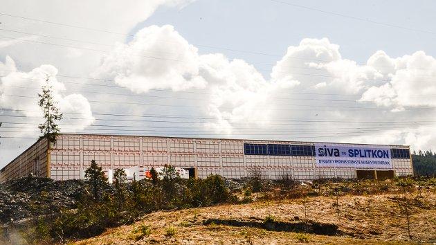 VIL HA AVKJØRING: Verdens største limtrefabrikk reiser seg med raske skritt i Åmot. Nå vil Ole Martin Kristiansen at kommunen ser på muligheter for en avkjøring fra riksvei 35 til fabrikken.