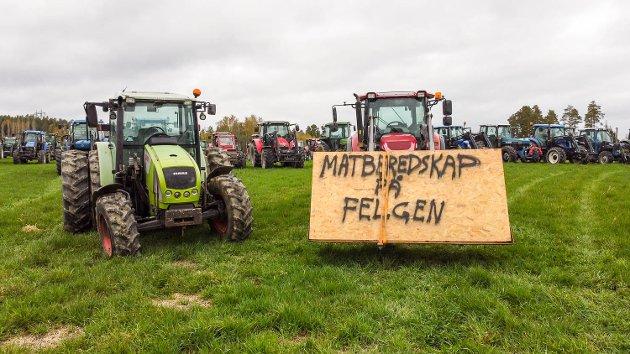 Bondeopprør. Grasrotopprør. Landbruksforhandler. Jordbruksforhandlinger. Brudd i forhandlinger. Traktorer. Drolsum.