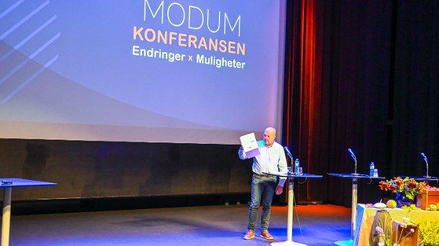 SAMFERDSELSPLANER: Redaktør Knut Bråthen viste fram boksen med pågående samferdselsplaner i Modum for øyeblikket – den tomme boksen etter at Riksvei 350 ble vraket av Statens vegvesen i forrige uke.