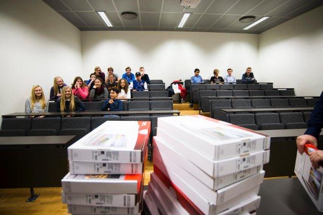 GAVE: Her ligger PC-ene som noen minutter senere ble delt ut til elevene i niendeklasse på Marienlyst skole. FOTO: Frederik Ringnes