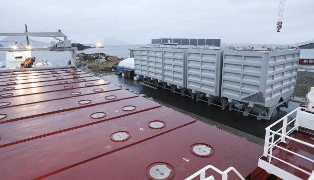 SVAKT: I tre statsbudsjett på rad blir sjøtransport av gods nedprioritert som satsingsområde. Det er dårleg klimapolitikk, meiner leiarane i Norske Havner. Her ser du klargjorte containerar, klare for utskiping ved Trolleskjæret i Florø.