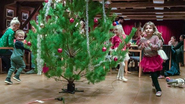 JULEKOS: Frå juletrefesten og quizen på Svanøy fredag 27. desember.