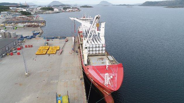 Leveranse av rotorblad frå danske Vestas på Fjord Base. Desse skal til Hennøy Vindkraftverk i august.