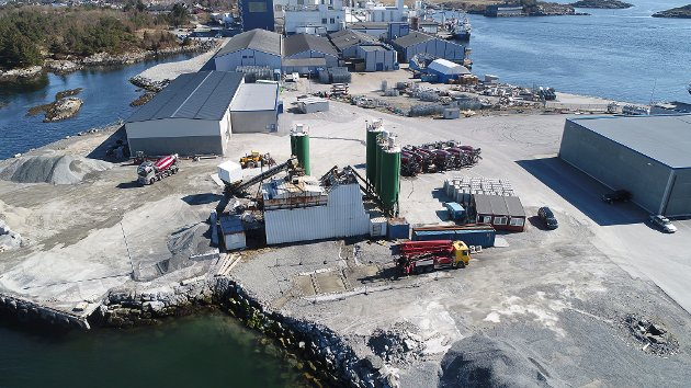Dronefoto frå Gunhildvågen april 2020. Bilde av innseglinga, SFE sin base, DK Betong, Trollskjæret sine utleigebygg, Glorbal Florø og Cargill sin Ewos-fabrikk.