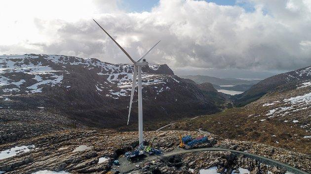 T1: Den første turbinen på Guleslettene Vindkraft er montert på toppen av Magnhildskaret av folk frå danske Vestas.