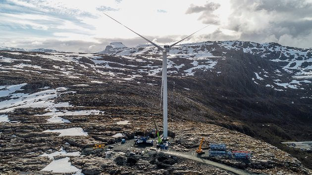DEN FØRSTE: Dette er den første vindturbinen på Gujleslettene Vindkraft, som står over Magnhildskartunnelen.