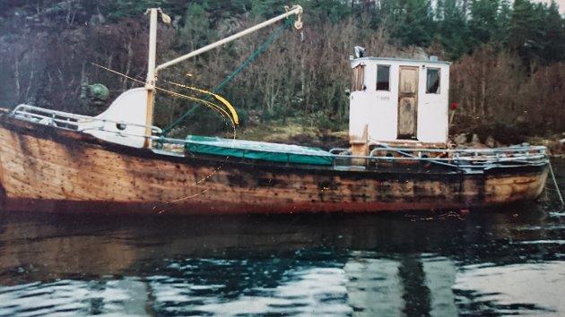 Slik såg båten ut i 1990, då han vart teken ut av drift som fiske- og fraktebåt.